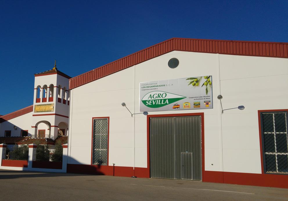 logo Agro Sevilla en la fachada de la cooperativa Los Desamparados